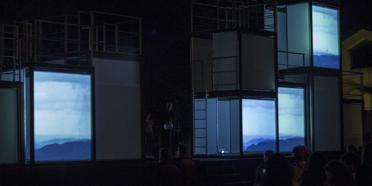 Nave con immagini video proittete dell'interno ph Officine della Luce